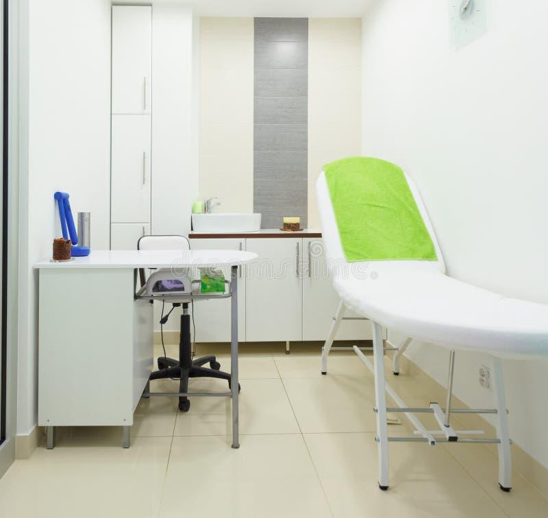 Intérieur de salon sain moderne de station thermale de beauté. Pièce de traitement. photos stock