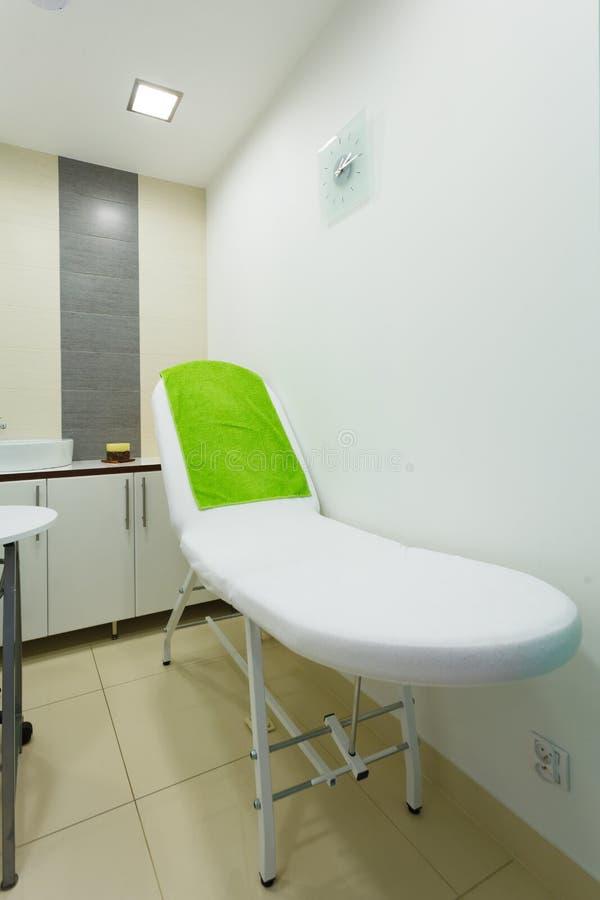Intérieur de salon sain moderne de station thermale de beauté Pièce de traitement image stock