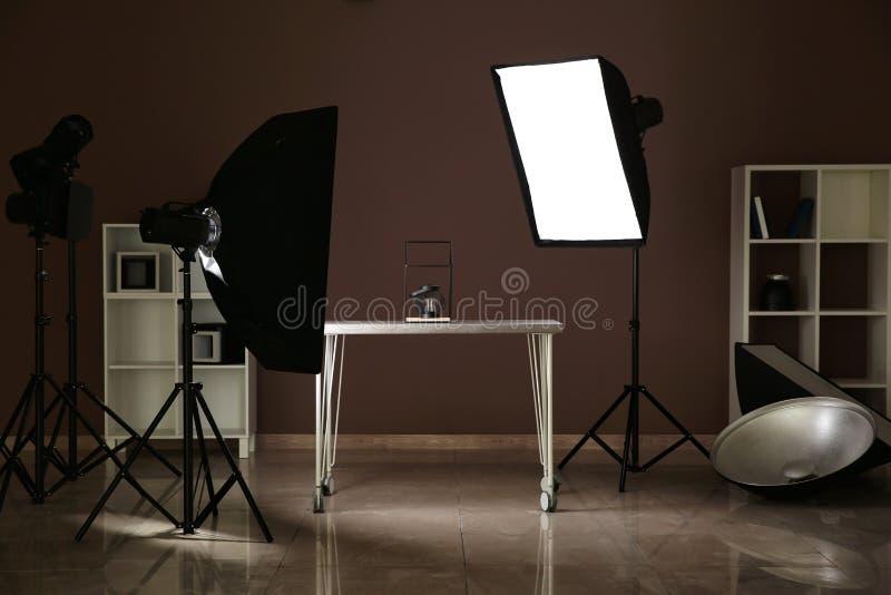 Intérieur de studio moderne de photo avec l'équipement et la table professionnels photo stock