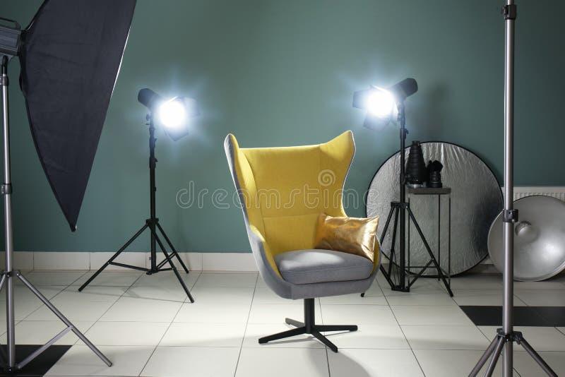 Intérieur de studio moderne de photo avec le fauteuil image stock