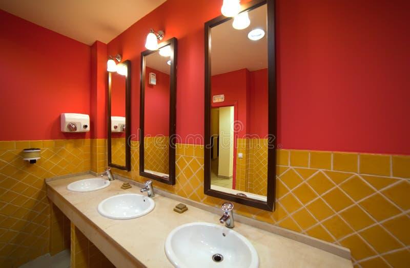 Intérieur de toilette avec peu de bassins i image stock