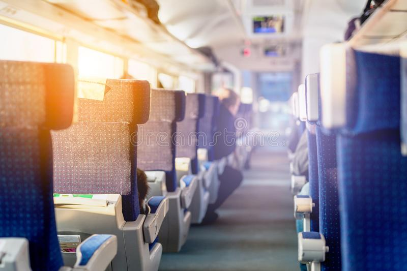 Intérieur de train rapide interurbain moderne Vue arrière des sièges confortables larges dans la rangée au transport par chemin d image libre de droits