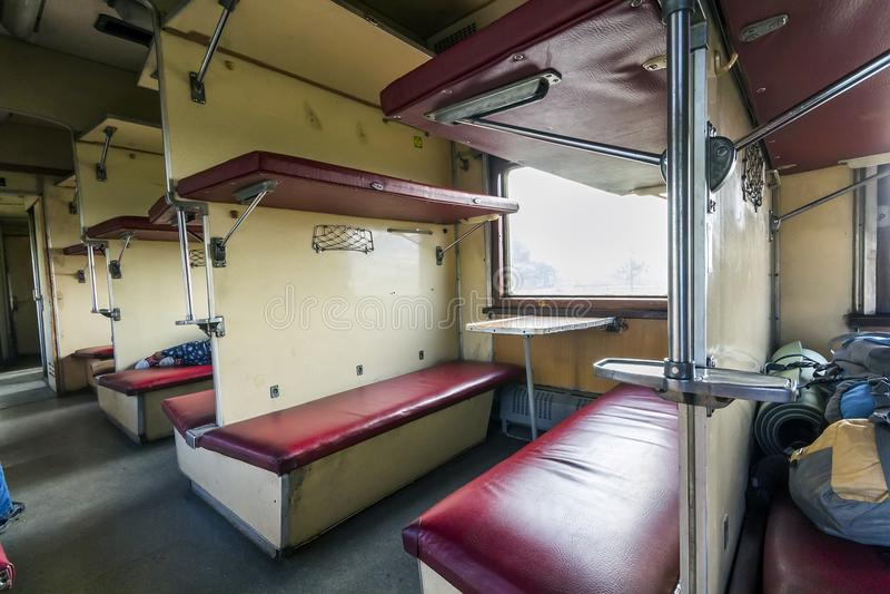 Intérieur de train de vintage avec des sièges de wagon -lit image stock