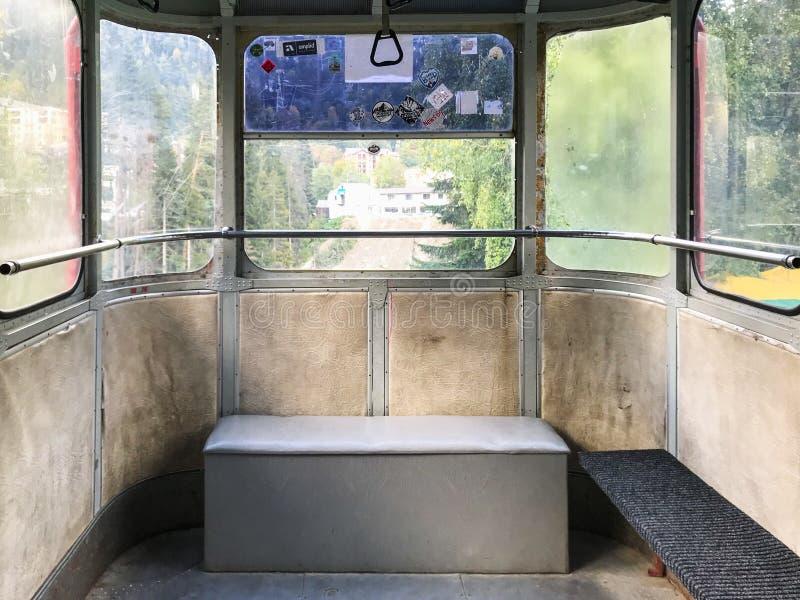 Intérieur de tramway aérienne dans la station de vacances de Dombay images stock