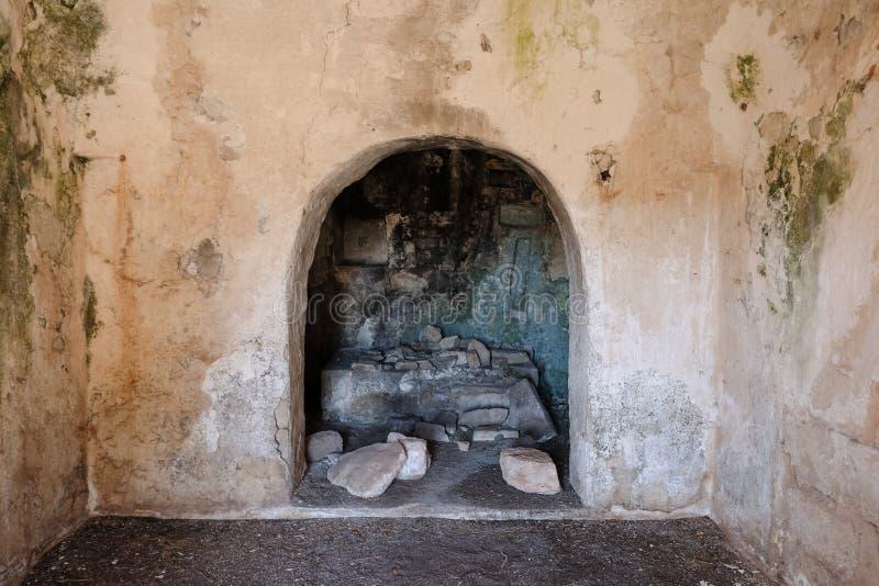 Intérieur de vieille maison abandonnée de Trulli avec les toits coniques multiples dans le secteur de Cisternino/d'Alberobello en images stock