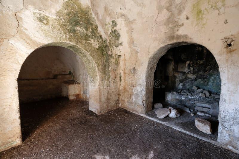 Intérieur de vieille maison abandonnée de Trulli avec les toits coniques multiples dans le secteur de Cisternino/d'Alberobello en image stock