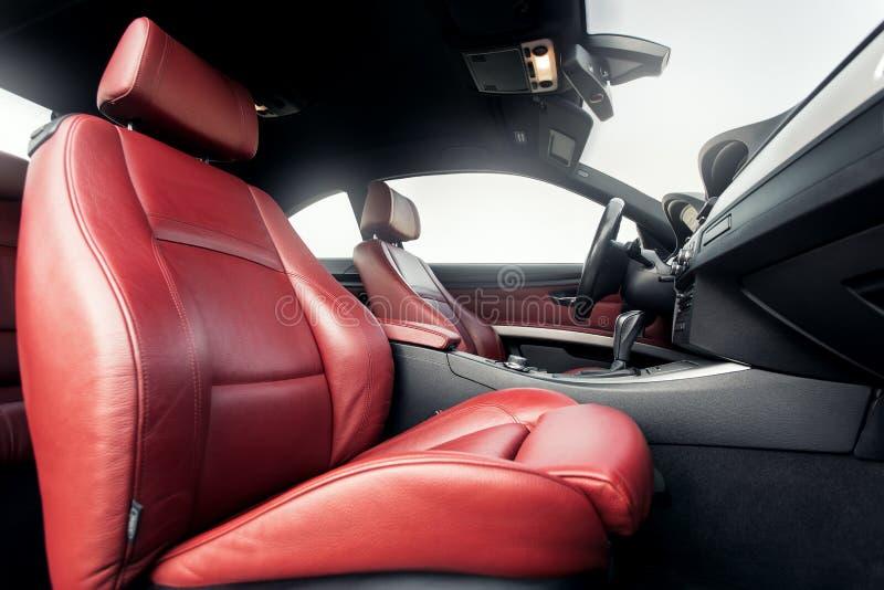 Intérieur de voiture de la meilleure qualité avec les sièges rouges en cuir image libre de droits