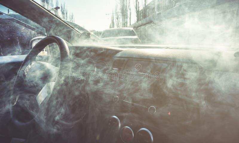 Intérieur de voiture en fumée ou vapeur Vape à l'intérieur de voiture Peut être employé comme feu dans l'automob photo libre de droits