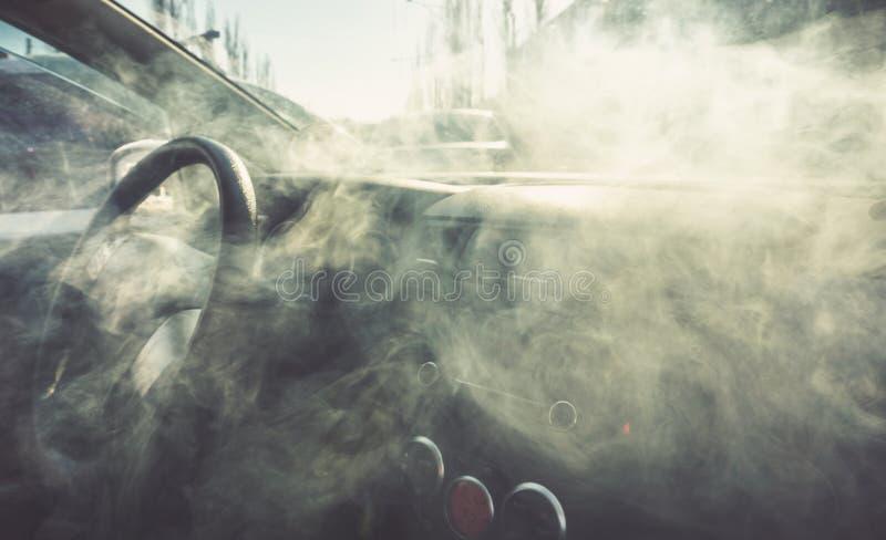 Intérieur de voiture en fumée ou vapeur Vape à l'intérieur de voiture Peut être employé comme feu dans l'automob photos stock