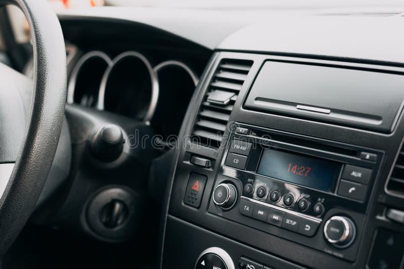 Intérieur de voiture, panneau de commande, tableau de bord, système par radio image libre de droits