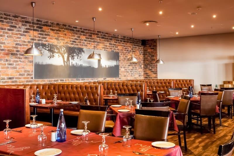 Intérieur de wagon-restaurant de restaurant de style de cabine avec Brown intérieur photos libres de droits