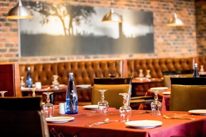 Intérieur de wagon-restaurant de restaurant de style de cabine avec Brown intérieur image libre de droits
