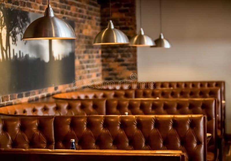 Intérieur de wagon-restaurant de restaurant de style de cabine avec Brown intérieur photo stock