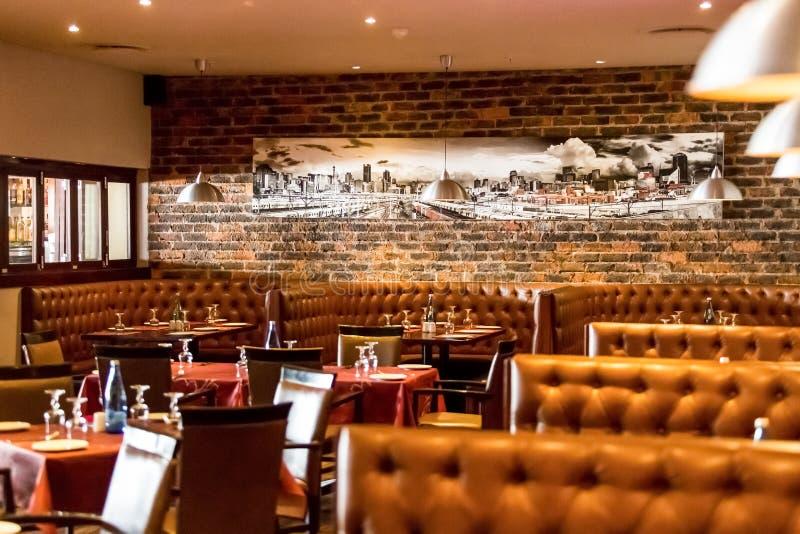 Intérieur de wagon-restaurant de restaurant de style de cabine avec Brown intérieur photographie stock libre de droits