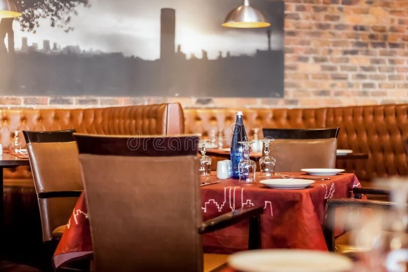 Intérieur de wagon-restaurant de restaurant de style de cabine avec Brown intérieur photographie stock