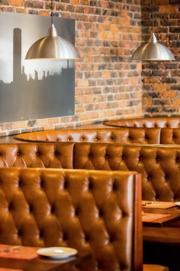 Intérieur de wagon-restaurant de restaurant de style de cabine avec Brown intérieur images libres de droits