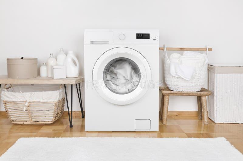 Intérieur domestique de pièce avec les paniers modernes de machine à laver et de blanchisserie image libre de droits
