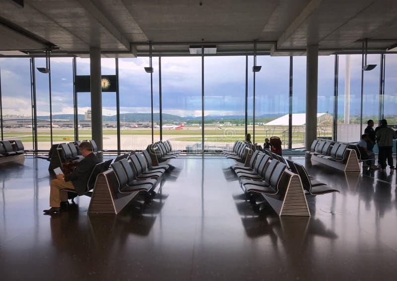 Intérieur du concours E au refuge pour les passagers qui voyagent de l'aéroport de Zurich à ailleurs photos stock
