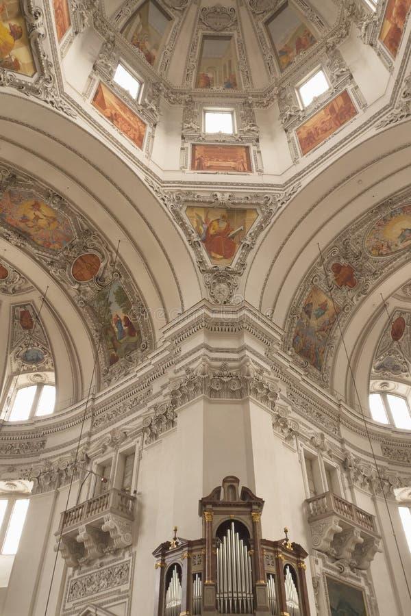 Intérieur du dôme de la cathédrale de Salzbourg (Autriche) images libres de droits