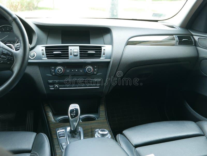 Intérieur du lecteur 3 de BMW X3 5i garé en San Isidro, Lima image stock