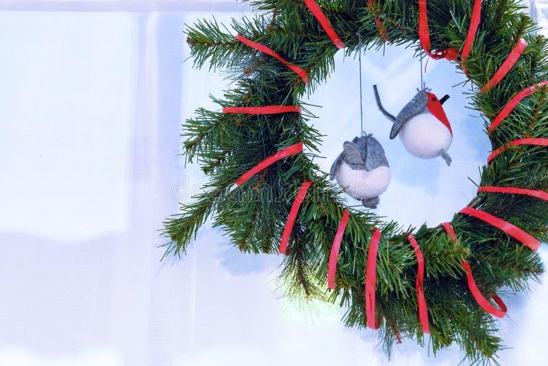 Intérieur du ` s de nouvelle année Guirlande de Noël Bouvreuils d'oiseaux de jouet images libres de droits