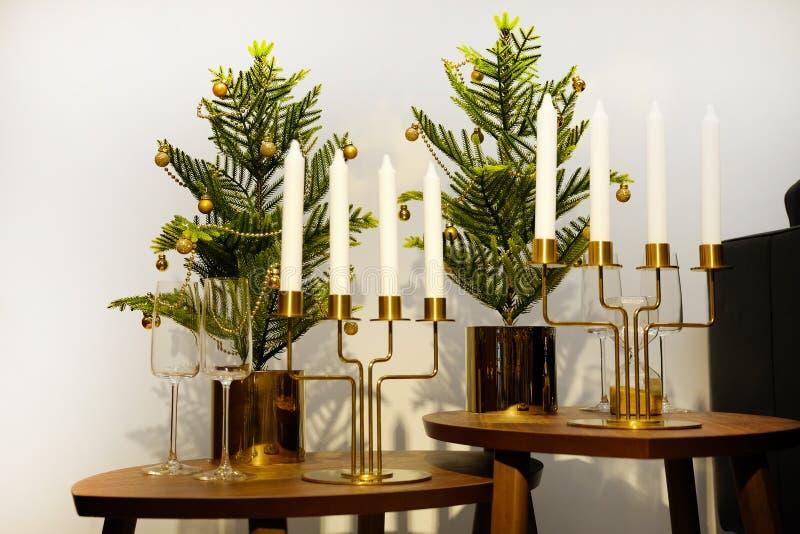 Intérieur du ` s de nouvelle année Un petit arbre de Noël artificiel avec des jouets et des bougies Portion en verre photo stock