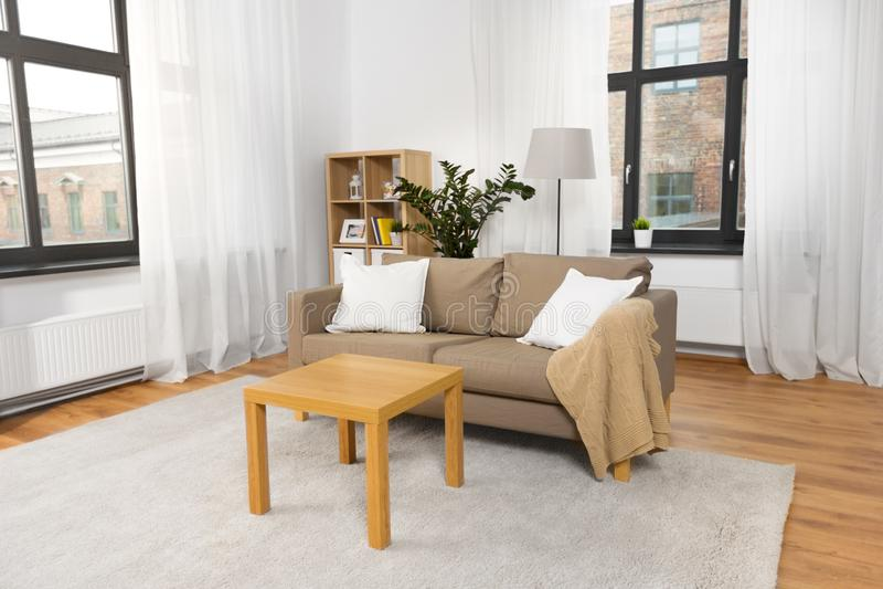 Intérieur du salon à la maison avec le sofa et la table image libre de droits