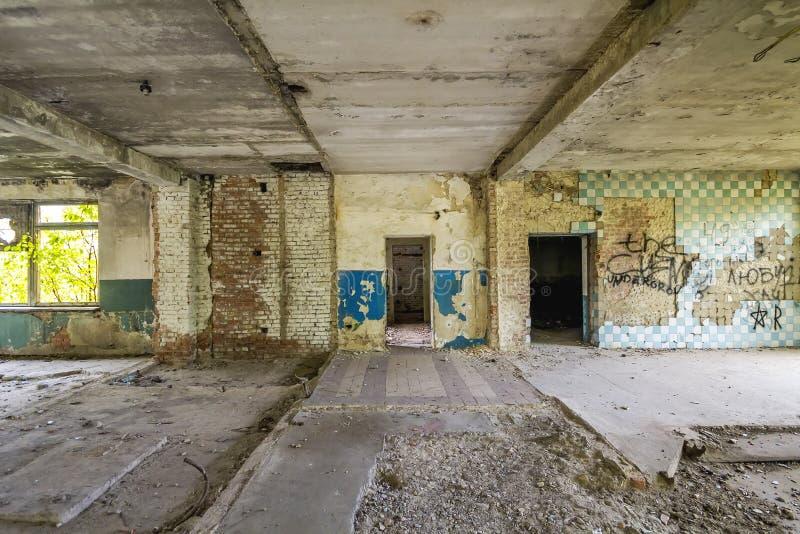 Intérieur du vieux bâtiment d'entrepôt détruit Ruines d'industria images stock