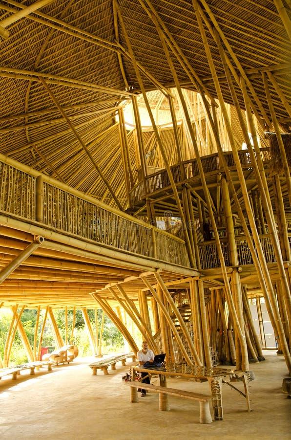 Intérieur en bambou d'école verte dans Bali Indonésie image stock