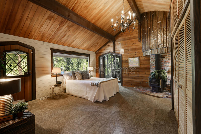 Int rieur en bois de chambre coucher avec le plafond for Piani di casa con 3 master suite