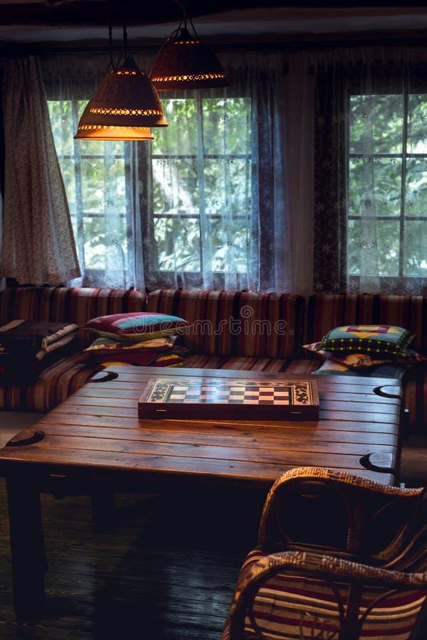 Intérieur en bois de maison de confort méconnaissable, plan rapproché D rustique photos stock