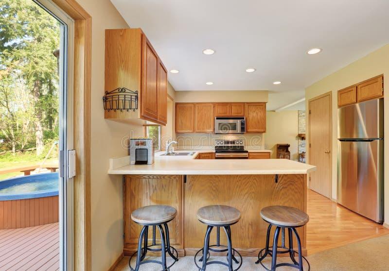 Intérieur en bois de pièce de cuisine avec les appareils en acier modernes photographie stock