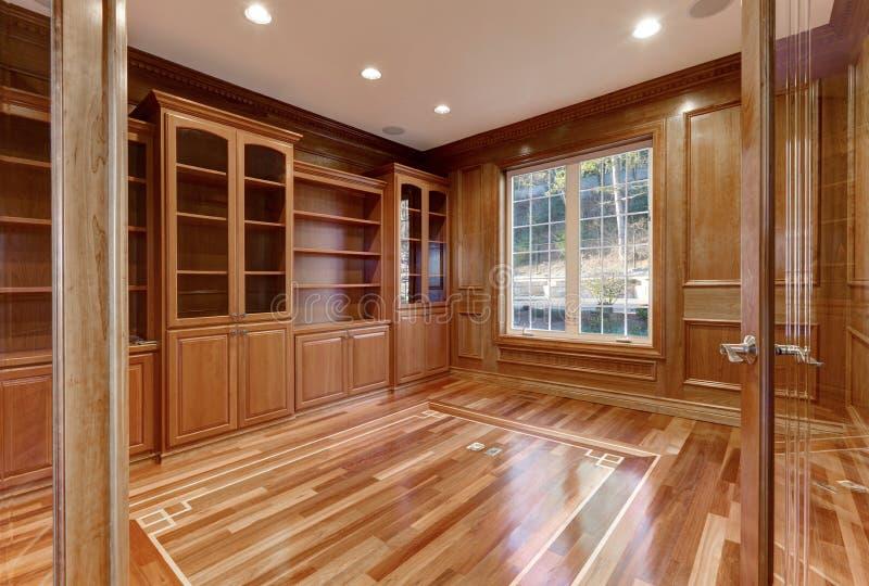 Intérieur en bois de pièce vide dans la maison de luxe images stock