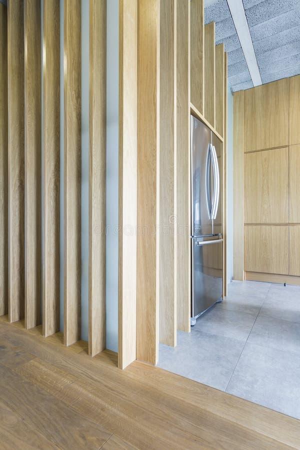 Intérieur en bois et concret dans la maison moderne image stock