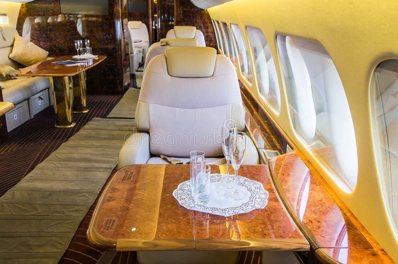 Intérieur en cuir véritable de luxe dans un avion d'affaires moderne Il y a plusieurs verres sur la table image libre de droits