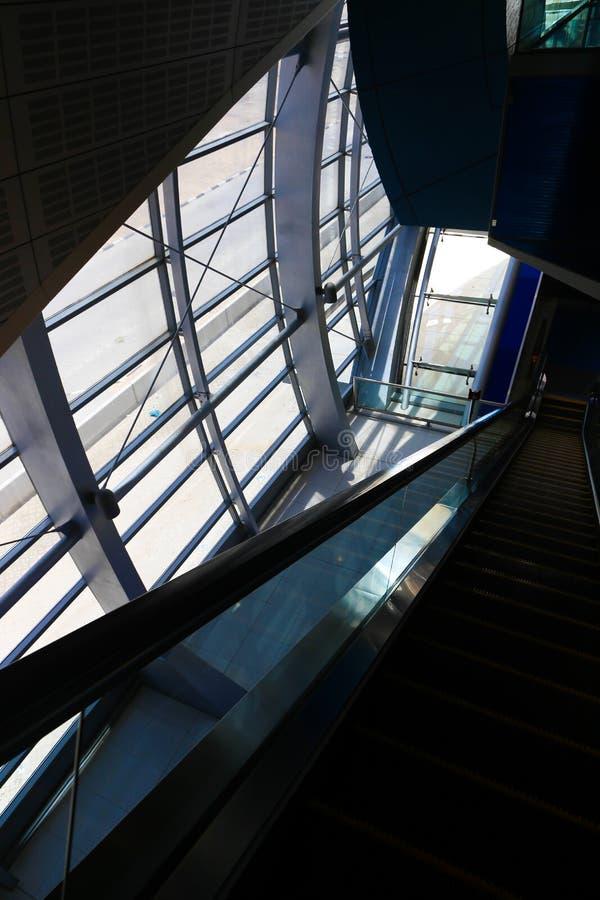 Intérieur en métal de l'immeuble de bureaux moderne photo libre de droits
