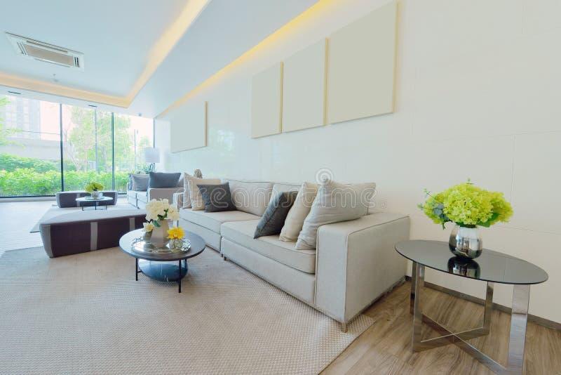Intérieur et décoration vivants modernes de luxe blancs, DES intérieur images stock