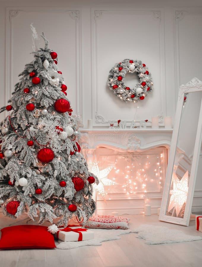 Intérieur et décorations de Noël L'arbre de Milou a décoré les boules rouges de cadeau dans la pièce moderne d'hiver de vacances  images stock
