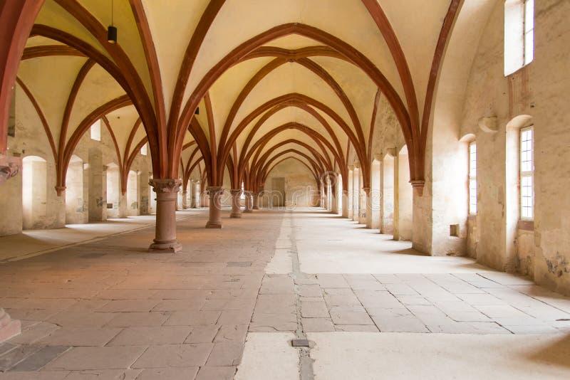 Intérieur européen d'église vide avec le soleil des fenêtres images stock