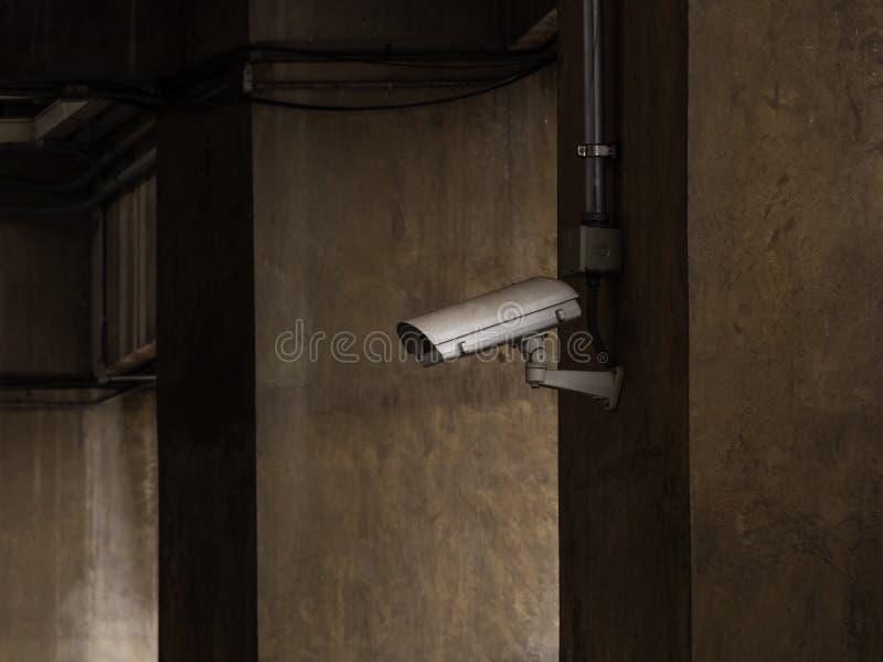 Intérieur foncé dans le bâtiment avec la télévision en circuit fermé photographie stock libre de droits