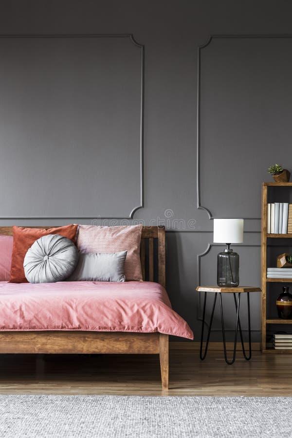Intérieur foncé gris de chambre à coucher images stock