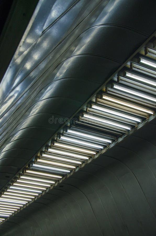 Intérieur futuriste abstrait avec des lampes sur un plafond en métal photos stock