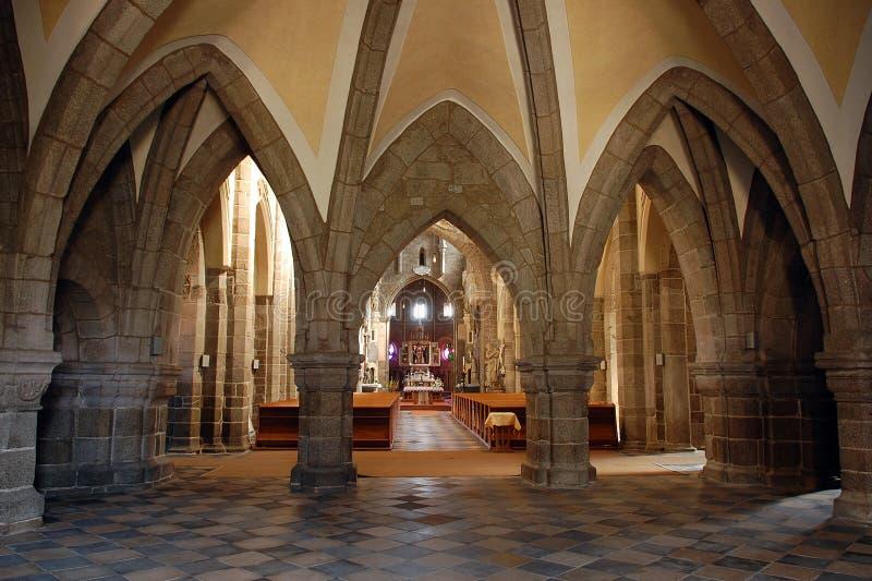 Intérieur gothique de cathédrale dans Trebic images stock