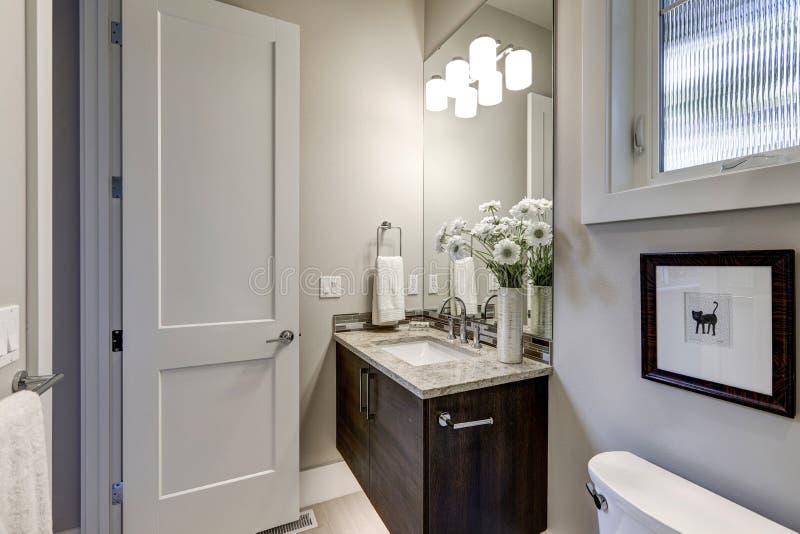 Intérieur gris-clair de salle de bains dans la maison de luxe image stock