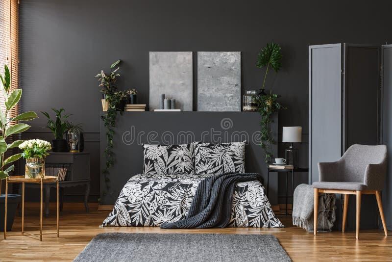 Intérieur gris-foncé de chambre à coucher image stock