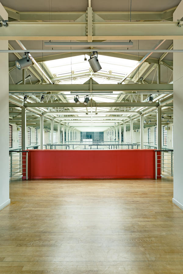 Intérieur industriel avec le mur rouge images libres de droits