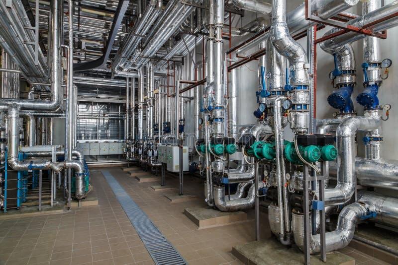Intérieur industriel de chaudière avec un bon nombre de tuyaux, de pompes et de valves images stock