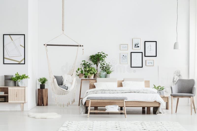 Intérieur lumineux de chambre à coucher avec l'hamac images stock