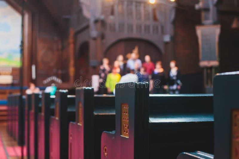 Intérieur luthérien catholique de cathédrale avec le choeur d'église chantant à l'arrière-plan photos stock