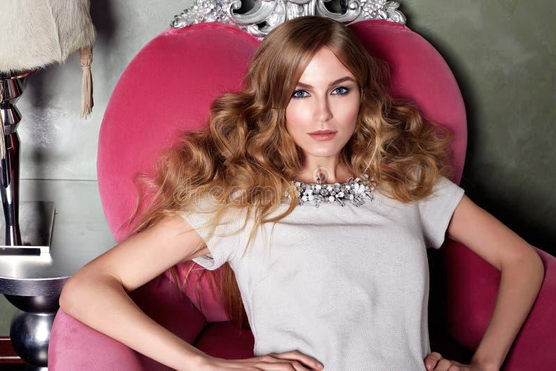 Intérieur luxary de maquillage de bijoux de robe de belle femme sexy photo libre de droits